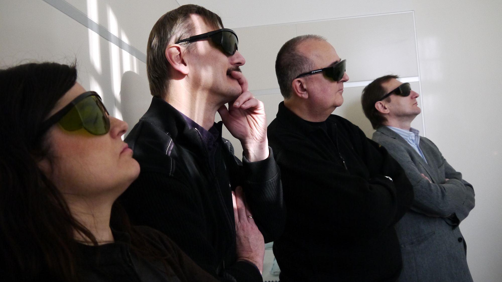 teilnehmer-studieren-aufmerksam-laserbrille